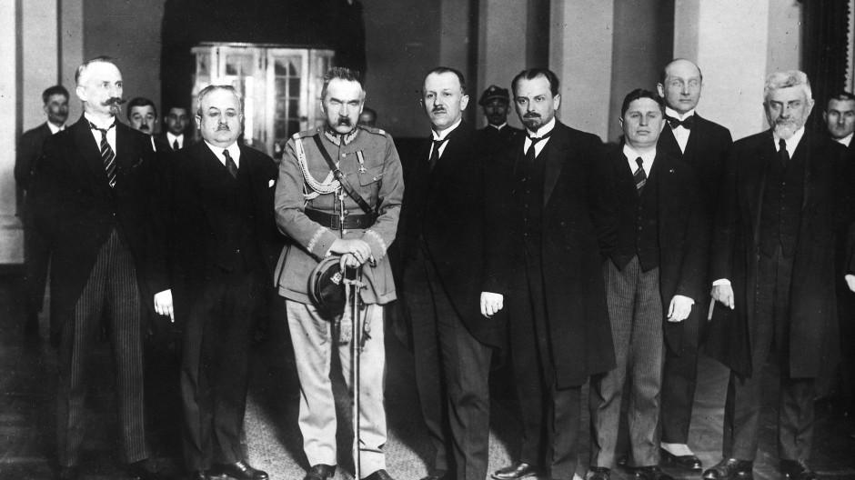 Mitglieder der polnischen Regierung 1926: Kriegsminister Jozef Pilsudski trägt Uniform.