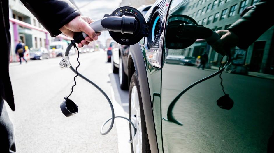 Bezahlbare Elektroautos: Sinkende Materialkosten und die zunehmende Nachfrage erklären die fallenden Preise. (Symbolbild)