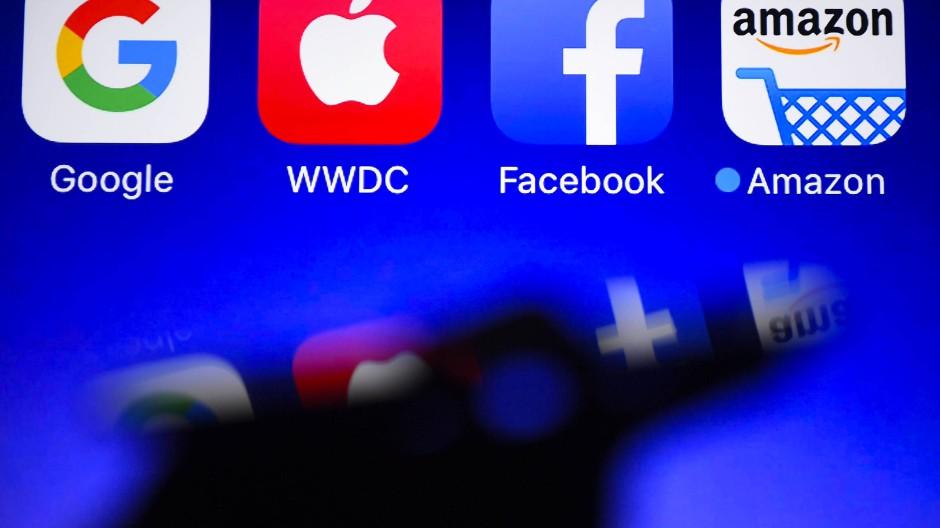 Die Macht der Internet-Riesen soll durch neue Gesetze eingeschränkt werden. Kritikern gehen die Entwürfe jedoch nicht weit genug.