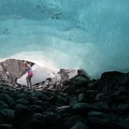 Emily Baker, Geophysikerin des United States Geological Survey (USGS), läuft durch eine Eishöhle unter dem Wolverine-Gletscher in den Kenai-Bergen Alaskas.
