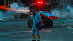 Brandstiftung und Massenproteste
