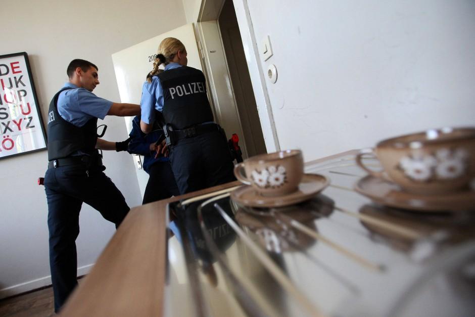 Hilfe bei häuslicher Gewalt: Überwältigung eines Schlägers bei einer Übung in Wiesbaden