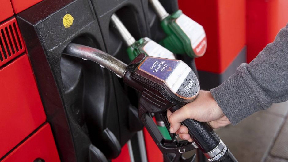 Tanken wird durch den starken Euro billiger.