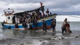 Rohingya-Flüchtlinge von einem Holzboot gerettet