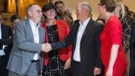 Die Kandidatenpaare gratulieren sich gegenseitig.