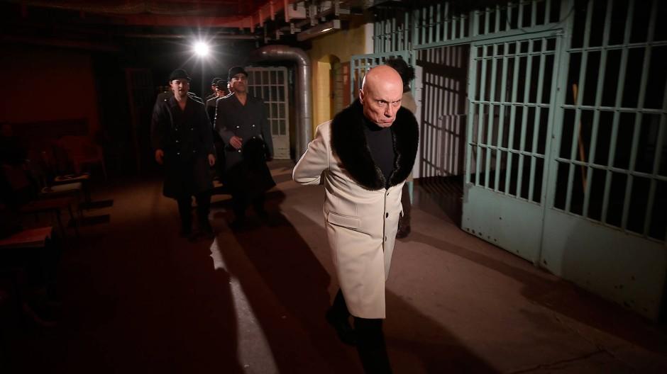 Freigang nach Noten: H. Peter Maier in der Rolle des Pizarro und Mitglieder des Gefangenenchors