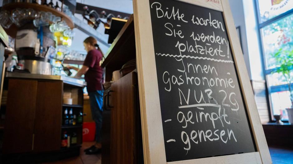 Innen nur 2 G: Und trotzdem bleibt, auch in diesem Braunschweiger Gasthaus, die Ansteckungsgefahr relativ groß.
