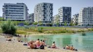Badefreuden am künstlichen See: Die Stadtplaner haben das Wasser ins Zentrum gerückt.