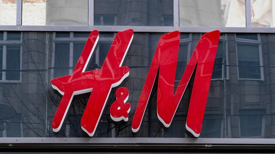 Die Bekleidungskette Hennes & Mauritz (H&M) sorgt abermals für einen Skandal.