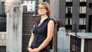 Wie eine Superheldin steht Kiva Schrager, 31, über den Dächern von New York. Schrager hat lange in einer der sogenannten Death Penalty Clinics gearbeitet, in denen versucht wird, Todeskandidaten zu helfen. Jetzt ist sie Anwältin.