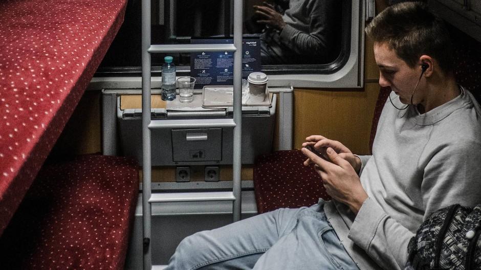 In Zug der ÖBB hat man die freie Wahl:Sitzen oder besser doch liegen?