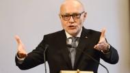 Mit Hilfe des streitbaren ehemaligen Bundesverfassungsrichters Udo Di Fabio will Bayern die Bundesregierung zum Umlenken in der Flüchtlingspolitik bewegen.