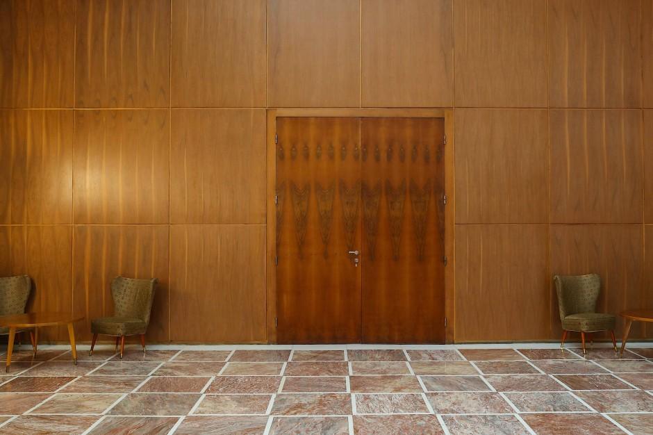 Verschlossene Türen im Jugoslawien-Salon im Palata Srbije-Gebäude in Belgrad.