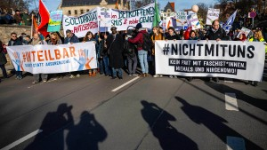 Tausende demonstrieren in Erfurt