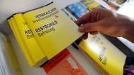 Die Provision bei Restschuldversicherung soll bald gedeckelt werden (Archivbild, Schuldnerberatung des Kreisdiakonieverbandes in Esslingen, 2010).