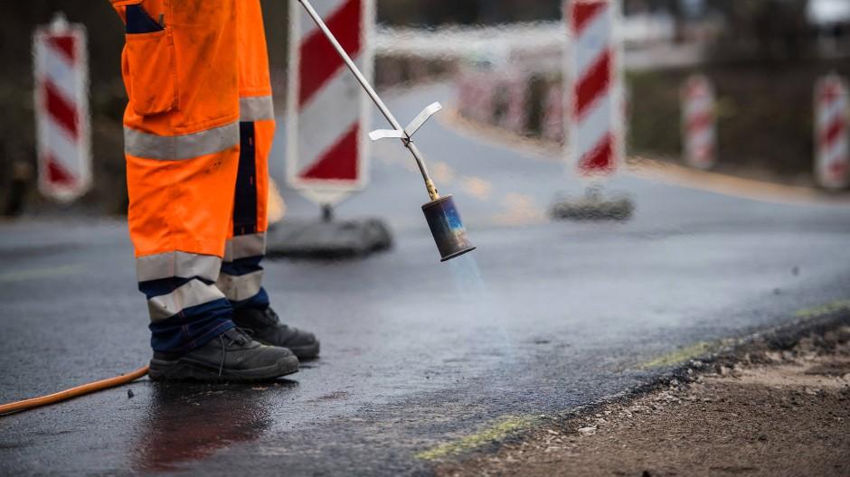 Der Bund könnte viel Geld in die Sanierung von Straßen investieren.