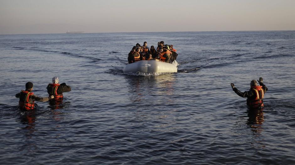 Flüchtlinge kommen auf der griechischen Insel Lesbos an. Mit Beginn des Umsiedlungsprogramms könnte es hier bald zu unschönen Szenen kommen.