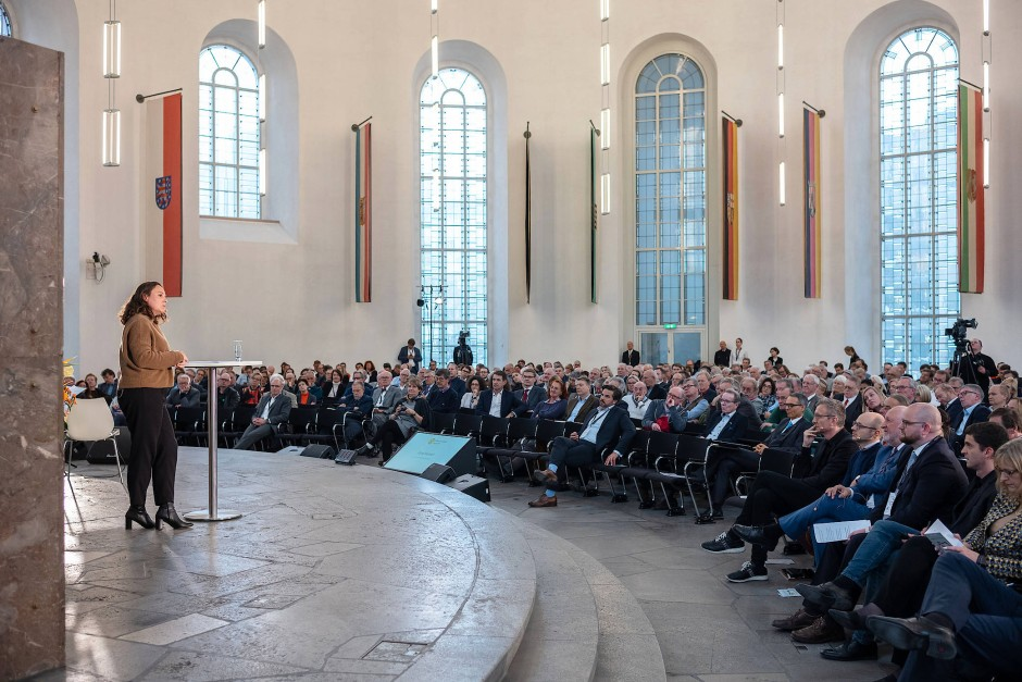 Viele Menschen sind der Einladung nach Frankfurt gefolgt – und hören der Autorin Jana Hensel zu.