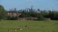London öffnet sich wieder: Einwohner genießen die Nachmittagssonne in einem Park.