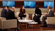 Darf man die einladen? Die ARD-Talkmoderatorin Anne Will mit der umstrittenen Schweizer Islamistin Nora Illi (und weiteren Gästen) im November 2016