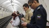 Liest noch jemand mit? Menschen in einer Moskauer Metro-Station