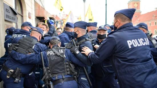 Polizei löst Proteste gegen Regierung gewaltsam auf
