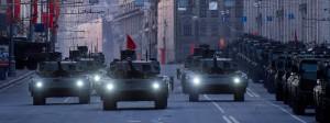 """Der russische Kampfpanzer T-14 """"Armata"""" bei einer Parade in Moskau 2015."""