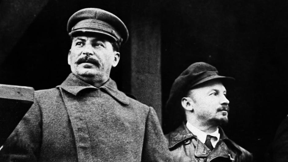 November 1930: Der sowjetische Diktator Josef Stalin (links) bei einer Kundgebung in Moskau.