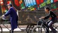 Autos verdrängen Fahrräder von Pekings Straßen