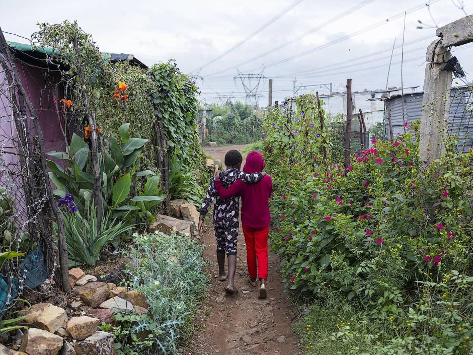 Die wenigen grünen Ecken Thokozas in Südafrika sind für die Bewohner in diesen Zeiten besonders wichtig.