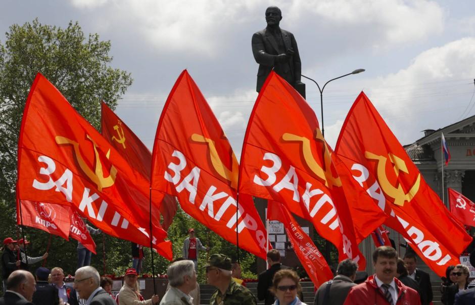 Mitglieder der kommunistischen Partei in Russland gedenken in Simferopol auf der Krim Lenins
