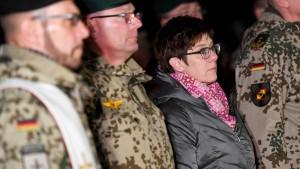 AKK nimmt die SPD in den Schraubstock