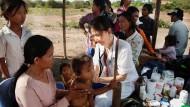 Die ausgebildete Ärztin und Menschenrechtsaktivistin Kek Galabru bei einem Einsatz in einem Flüchtlingslager in Kambodscha. Die dortige Regierung missbilligt ihr Engagement.