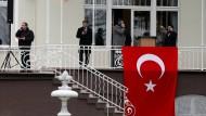Vor der Residenz des türkischen Generalkonsuls in Hamburg wird das Rednerpult für den Auftritt von Außenminister Cavusoglu aufgebaut.