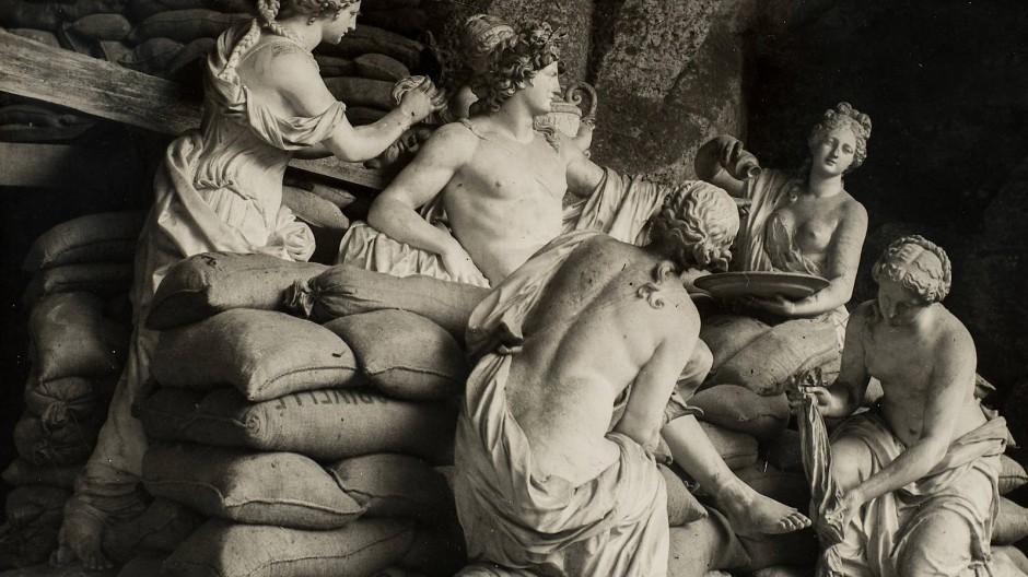 """Sandsäcke schützen die barocke Gruppe """"Apoll, bedient von Nymphen"""" von Girardon und Regnaudin im Park von Versailles, 1939/40."""