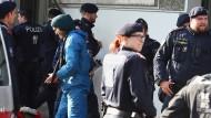 Gewalt auf der Demo?: Klima-Aktivisten hatten am Freitagnachmittag eine Sitzblockade auf dem Wiener Ring organisiert.