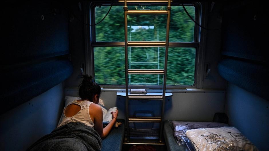 Auf viele Reisende hat das sanfte Auf und Ab der Bahn eine entspannende Wirkung.