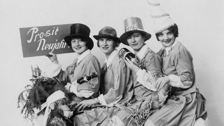 Gute Stimmung: Vier Frauen feiern Silvester im Jahr 1929.