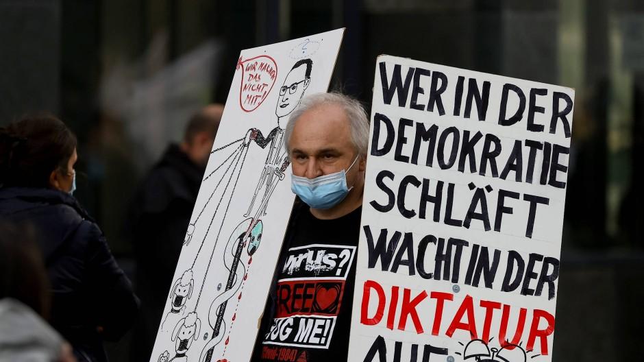 """Protest gegen den Lockdown: Bei einer """"Querdenker""""-Kundgebung in Frankfurt kamen auch Wasserwerfer zum Einsatz. (Archivbild)"""