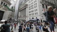 Fußgänger gehen auf der Wall Street am New Yorker Stock Exchange vorbei.