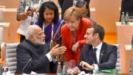 Indiens Premierminister Narendra Modi (l.), Bundeskanzlerin Angela Merkel und Frankreichs Präsident Emmanuel Macron (r.) beim G-20-Gipfel in Hamburg