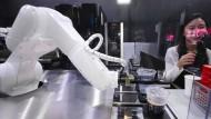 Ein Barista mit unendlicher Ausdauer: Ein Roboterarm serviert Kaffee.