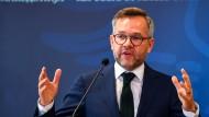 Politiker Michael Roth will SPD-Vorsitzender werden (Archivbild, 2018 in Skopje).