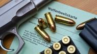 Der Besitz von Waffen kann verweigert werden, wenn man sich für die NPD um ein politisches Mandat bewirbt. (Archivbild).