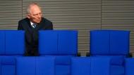 Er soll der 13. Bundestagspräsident werden: Wolfgang Schäuble. Die Unionsfraktion nominierte den 75-Jährigen einstimmig, der zuletzt acht Jahre lang Bundesfinanzminister war – und bereits seit 1972 im Bundestag sitzt. Damit ist Schäuble der dienstälteste Abgeordnete. Seine große Erfahrung und die Autorität, die er genießt, machten ihn zum Favoriten – auch als Reaktion auf den Einzug der AfD ins Parlament. Sie will geschlossen gegen Schäuble stimmen.