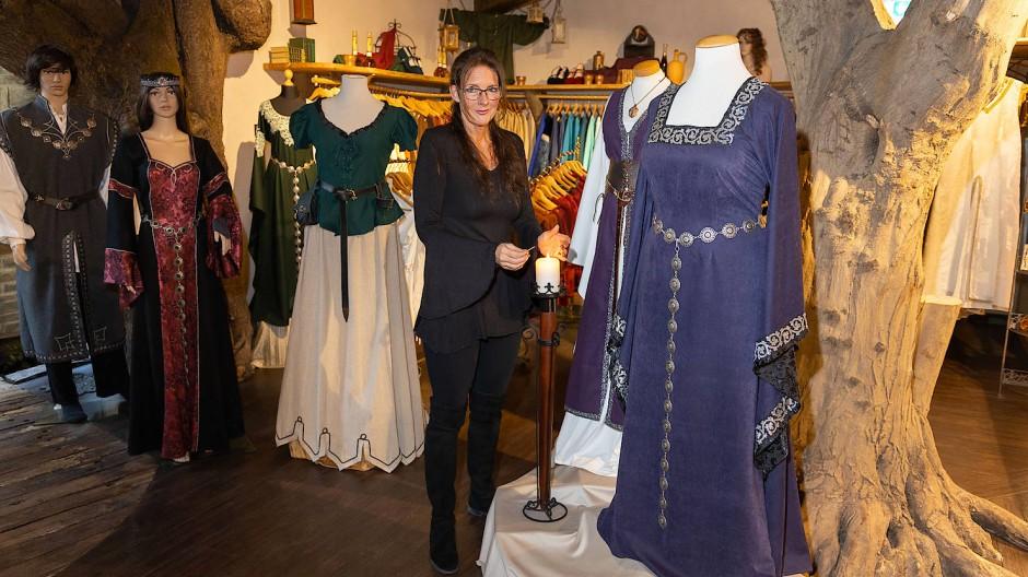 Faible fürs Mittelalter: Sylvie Amend mit einigen ihrer Kreationen