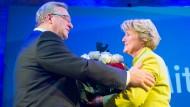 Der ehemalige Berliner CDU-Chef Frank Henkel gratuliert seiner Nachfolgerin Monika Grütters zur Wahl.