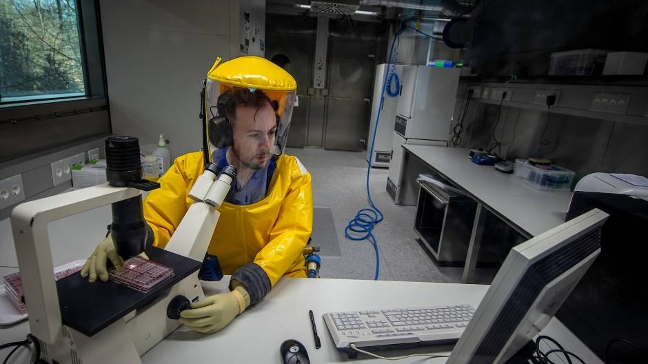 Forscht: Marburger Virologe bei der Arbeit. Das dortige Team wartet noch auf die Erlaubnis, mit dem Impfstoffkandidaten in die klinische Forschung zu gehen