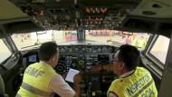 Inspektion im Cockpit einer Boeing 737 Max 8: Boeing rechnet mit einem Rückgang der Bestellungen nach dem Absturz einer Maschine in Äthiopien.