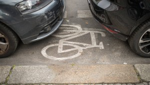 Mit Sprühsahne und gelben Karten gegen falsches Parken